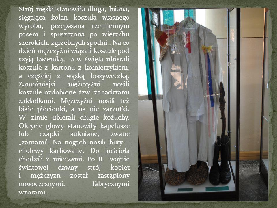 Strój męski stanowiła długa, lniana, sięgająca kolan koszula własnego wyrobu, przepasana rzemiennym pasem i spuszczona po wierzchu szerokich, zgrzebny