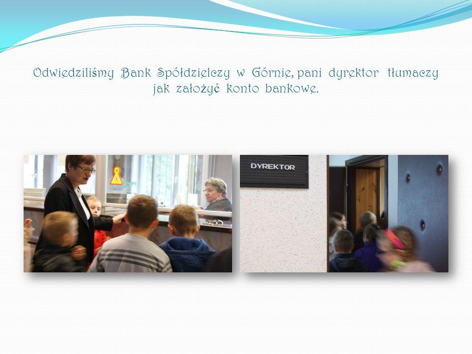 Odwiedzili ś my Bank Spółdzielczy w Górnie, pani dyrektor tłumaczy jak zało ż y ć konto bankowe.