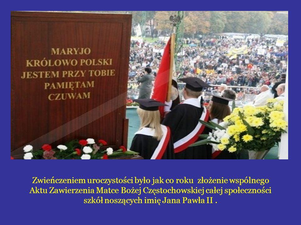 Zwieńczeniem uroczystości było jak co roku złożenie wspólnego Aktu Zawierzenia Matce Bożej Częstochowskiej całej społeczności szkół noszących imię Jana Pawła II.