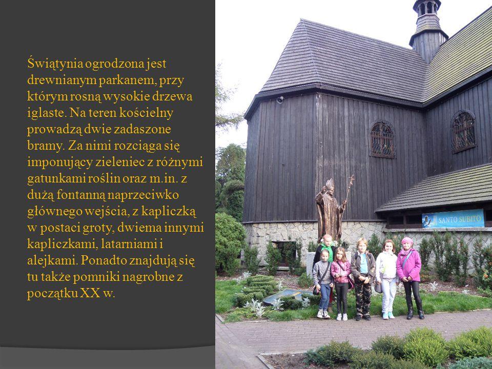 Świątynia ogrodzona jest drewnianym parkanem, przy którym rosną wysokie drzewa iglaste. Na teren kościelny prowadzą dwie zadaszone bramy. Za nimi rozc