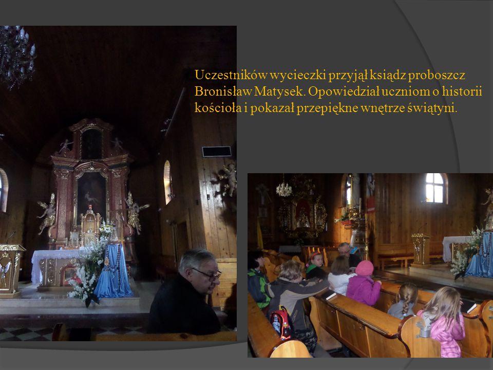Uczestników wycieczki przyjął ksiądz proboszcz Bronisław Matysek. Opowiedział uczniom o historii kościoła i pokazał przepiękne wnętrze świątyni.