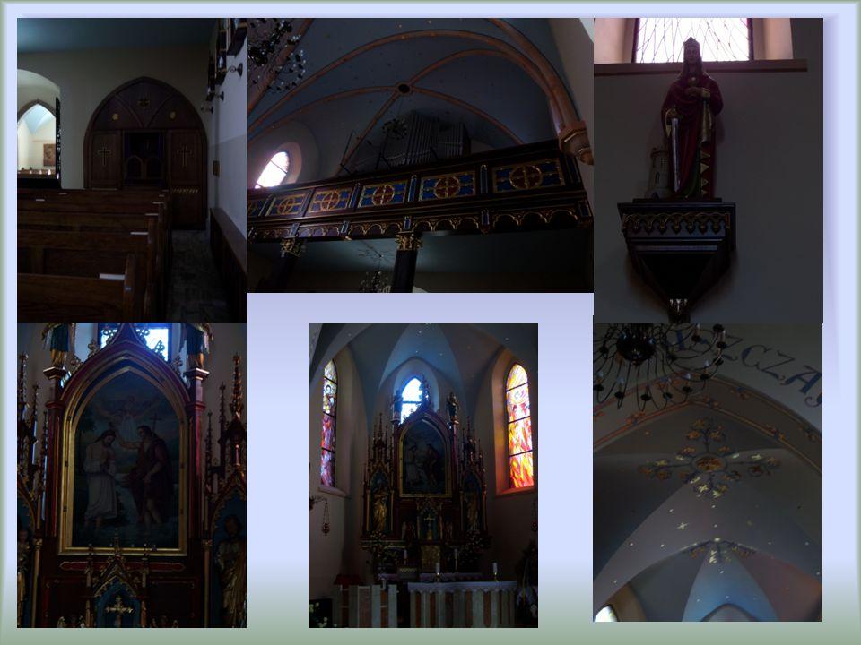 W parafii maja nie tylko przepiękny kościół, ale także wokół kościoła cmentarz, dalej probostwo, dom parafiaklny i bardzo duże trawiaste boisko.