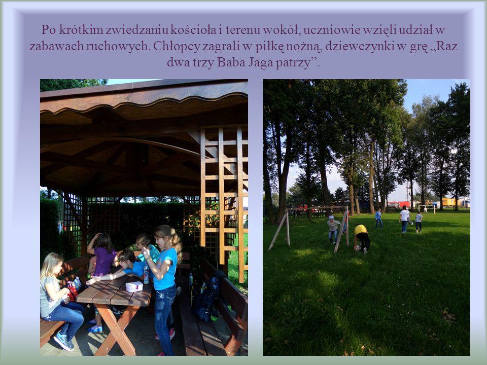 """Po krótkim zwiedzaniu kościoła i terenu wokół, uczniowie wzięli udział w zabawach ruchowych. Chłopcy zagrali w piłkę nożną, dziewczynki w grę """"Raz dwa"""