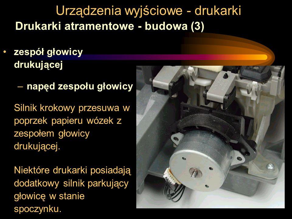 Urządzenia wyjściowe - drukarki Drukarki atramentowe - budowa (3) zespół głowicy drukującej –napęd zespołu głowicy Silnik krokowy przesuwa w poprzek papieru wózek z zespołem głowicy drukującej.