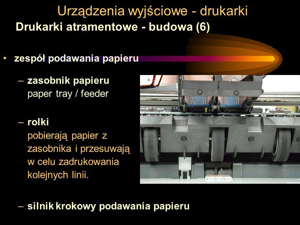 Urządzenia wyjściowe - drukarki Drukarki atramentowe - budowa (6) zespół podawania papieru –zasobnik papieru paper tray / feeder –rolki pobierają papier z zasobnika i przesuwają w celu zadrukowania kolejnych linii.