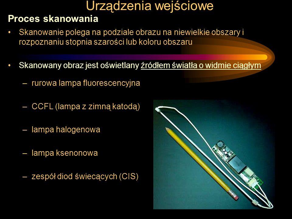Urządzenia wejściowe Czytniki kodów kreskowych specjalizowane skanery pozwalające odczytywać obrazy zbudowane z jasnych i ciemnych pasków o różnych szerokościach Budowa –elektrooptyczny system oświetlający diodowy laserowe źródło światła (zasięg kilka metrów) –system pomiaru odbitej wiązki światła pojedyncze CCD linijka CCD Czytniki stacjonarne i ręczne Parametry –zasięg –dopuszczalny kąt pracy