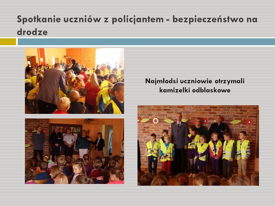 Spotkanie uczniów z policjantem - bezpieczeństwo na drodze Najmłodsi uczniowie otrzymali kamizelki odblaskowe
