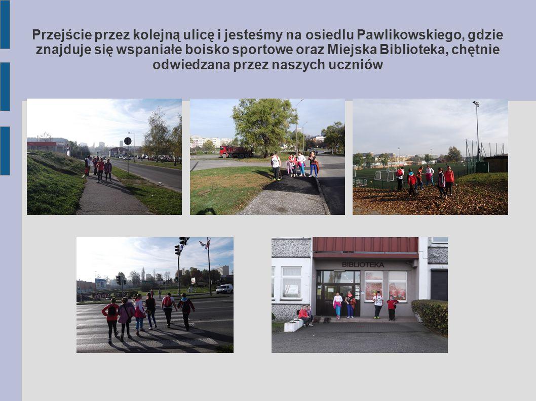 Przejście przez kolejną ulicę i jesteśmy na osiedlu Pawlikowskiego, gdzie znajduje się wspaniałe boisko sportowe oraz Miejska Biblioteka, chętnie odwiedzana przez naszych uczniów
