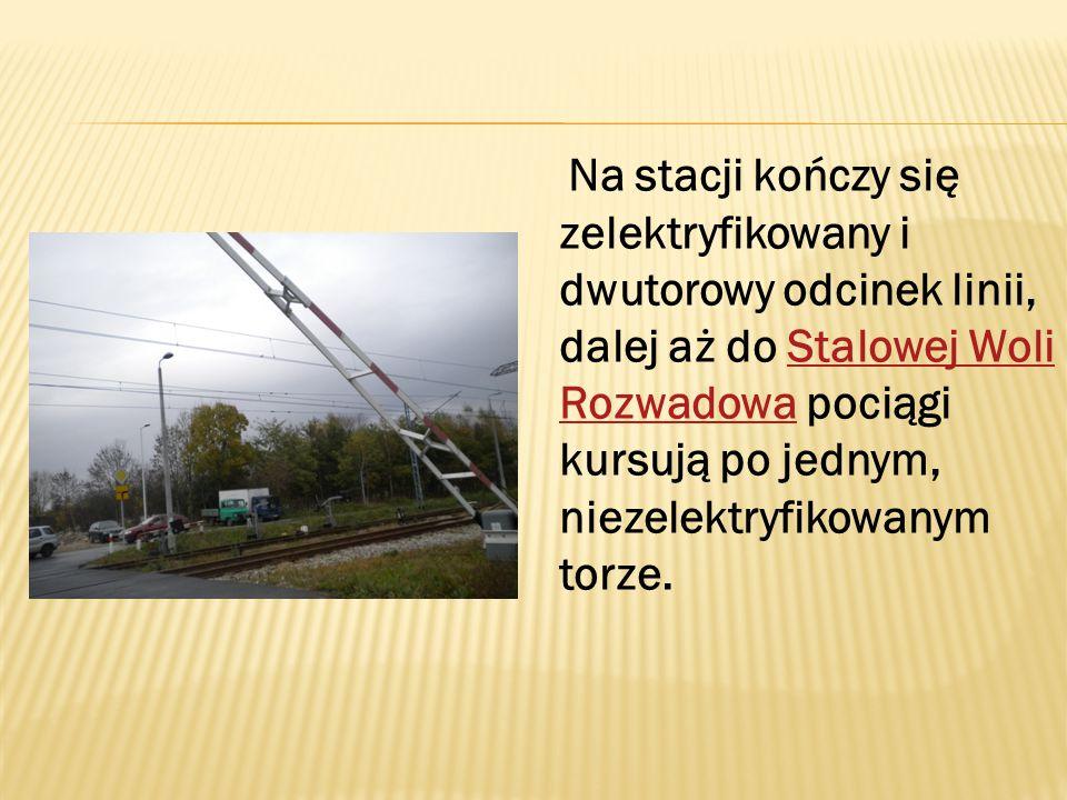 Na stacji kończy się zelektryfikowany i dwutorowy odcinek linii, dalej aż do Stalowej Woli Rozwadowa pociągi kursują po jednym, niezelektryfikowanym torze.Stalowej Woli Rozwadowa