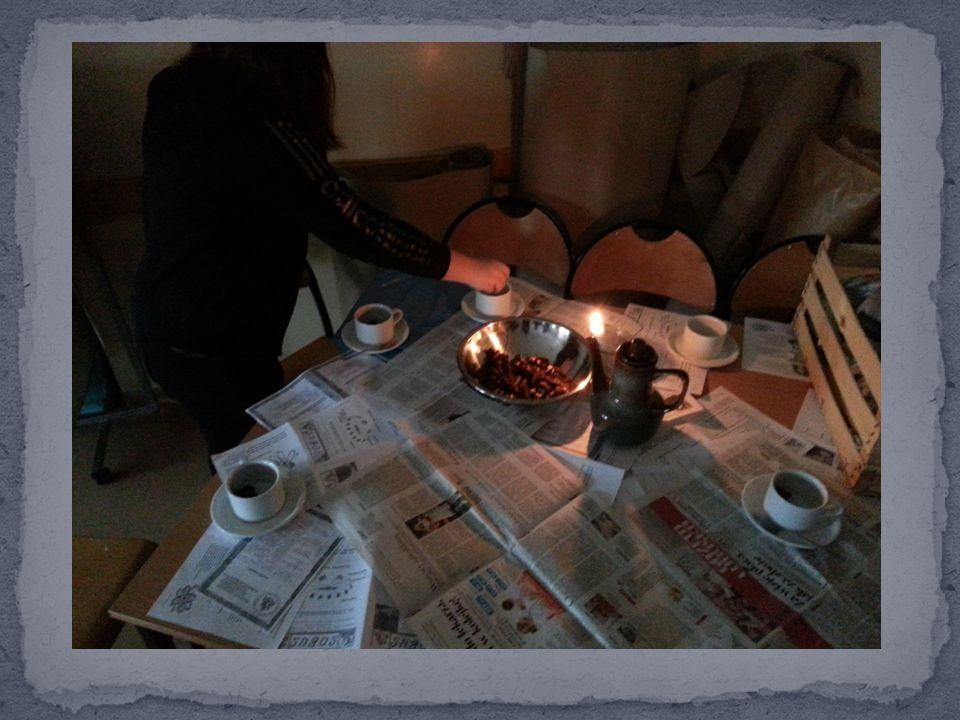 Namiastka eleganckiego stołu, wykorzystaniem zdobycznych akcesoriów i naczyń, przypominających dawne czasy…