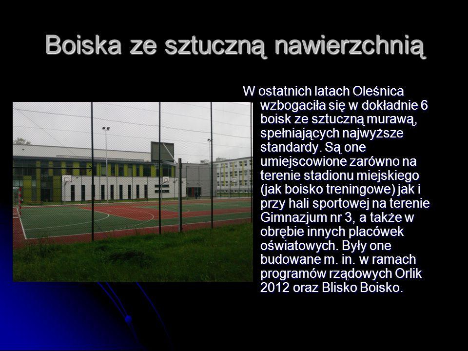 Boiska ze sztuczną nawierzchnią W ostatnich latach Oleśnica wzbogaciła się w dokładnie 6 boisk ze sztuczną murawą, spełniających najwyższe standardy.