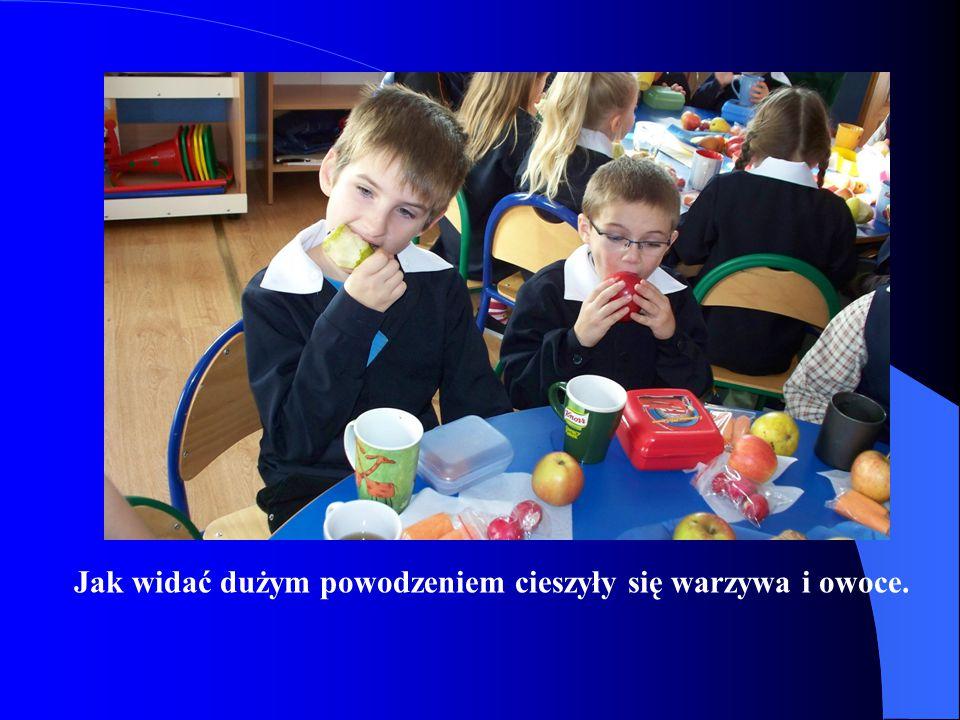 Uczniowie z zapałem przystąpili do konsumpcji smakołyków, które zachęcająco prezentowały się na przygotowanych tacach.