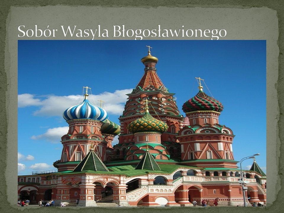 Sobór Wasyla Błogosławionego – ze względu na swoją niepowtarzalną architekturę przyciąga ogromne rzesze turystów; wzniesiony na rozkaz Iwana Groźnego w latach 1555-1561.