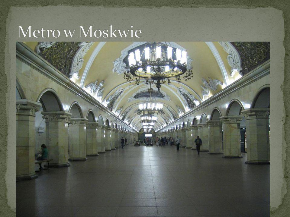 Metro w Moskwie – metro godne uwagi ze względu na swoją architekturę uważaną za wzorcowy przykład socrealizmu; wyróżnia się tym, że wnętrza stacji przypominają pałace, a pod sufitami zawieszone są misternie wykonane żyrandole.