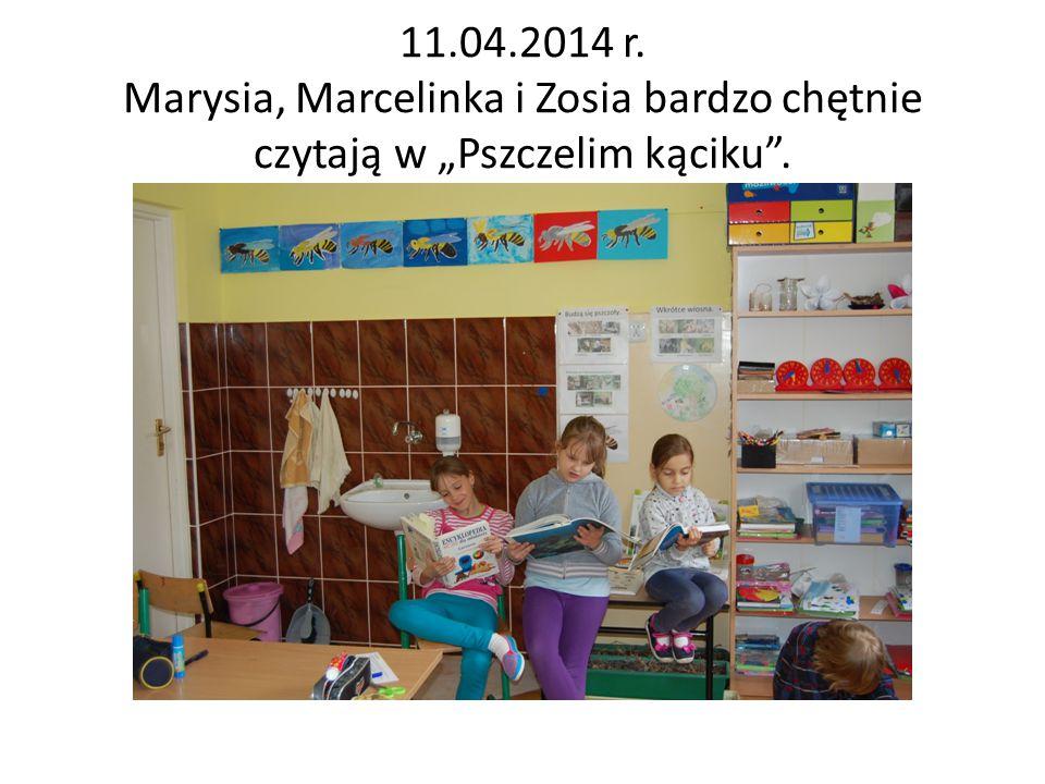 """11.04.2014 r. Marysia, Marcelinka i Zosia bardzo chętnie czytają w """"Pszczelim kąciku""""."""