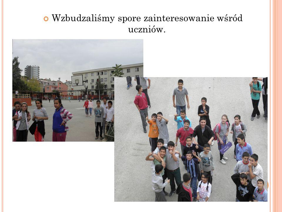 Przy głównym wejściu do szkoły przyciąga uwage gazetka poświęcona projektowi oraz krajom partnerów, w tym Polsce.