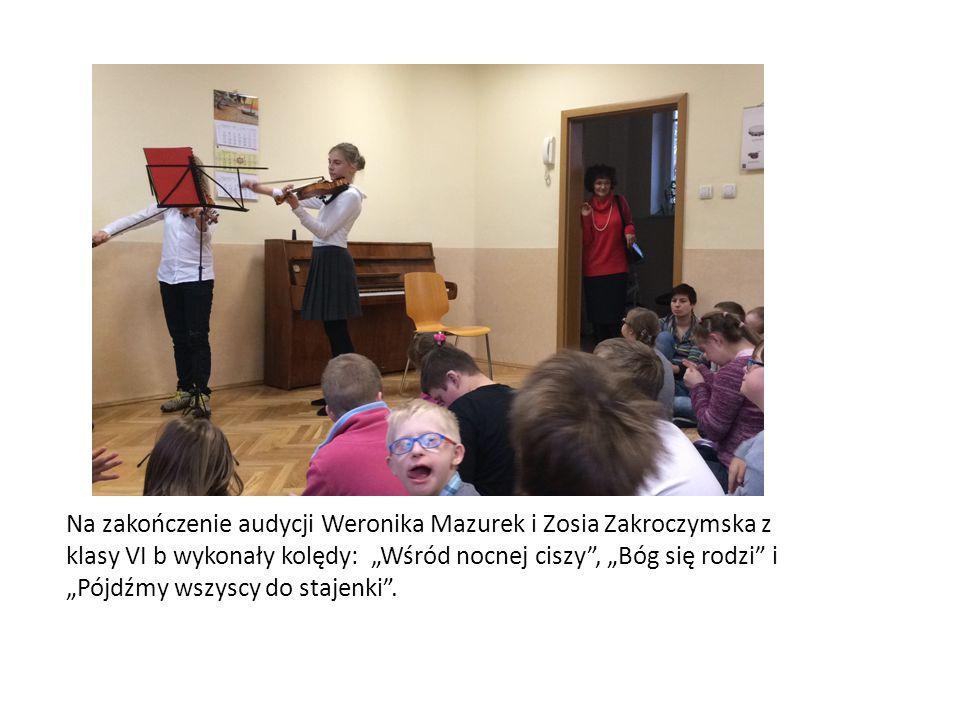 """Na zakończenie audycji Weronika Mazurek i Zosia Zakroczymska z klasy VI b wykonały kolędy: """"Wśród nocnej ciszy"""", """"Bóg się rodzi"""" i """"Pójdźmy wszyscy do"""