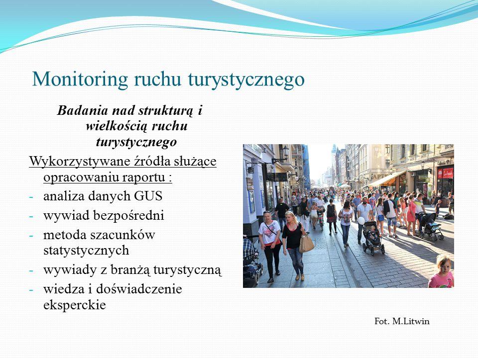 Monitoring ruchu turystycznego Badania nad strukturą i wielkością ruchu turystycznego Wykorzystywane źródła służące opracowaniu raportu : - analiza danych GUS - wywiad bezpośredni - metoda szacunków statystycznych - wywiady z branżą turystyczną - wiedza i doświadczenie eksperckie Fot.