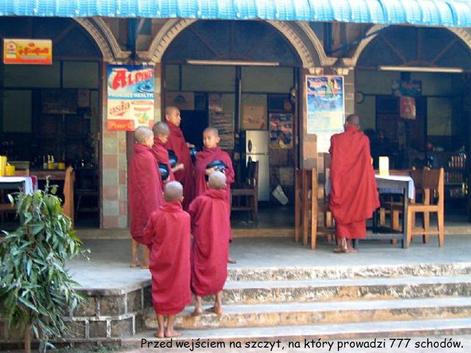 """W Birmie czczone są bóstwa i duchy zwane """"nath ."""