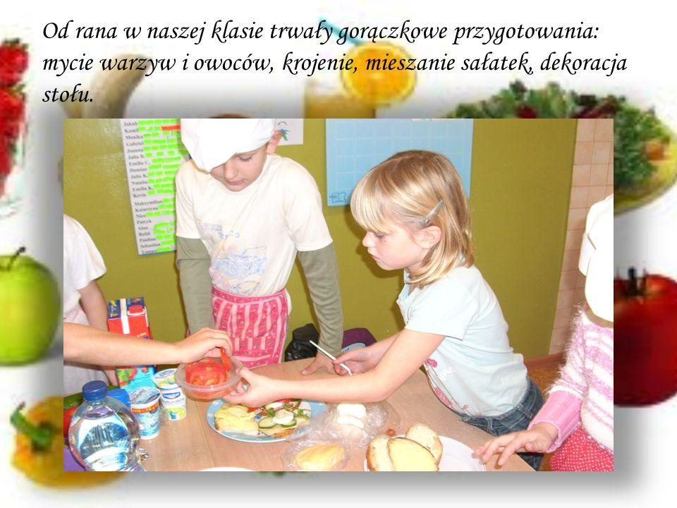 Od rana w naszej klasie trwały gorączkowe przygotowania: mycie warzyw i owoców, krojenie, mieszanie sałatek, dekoracja stołu.