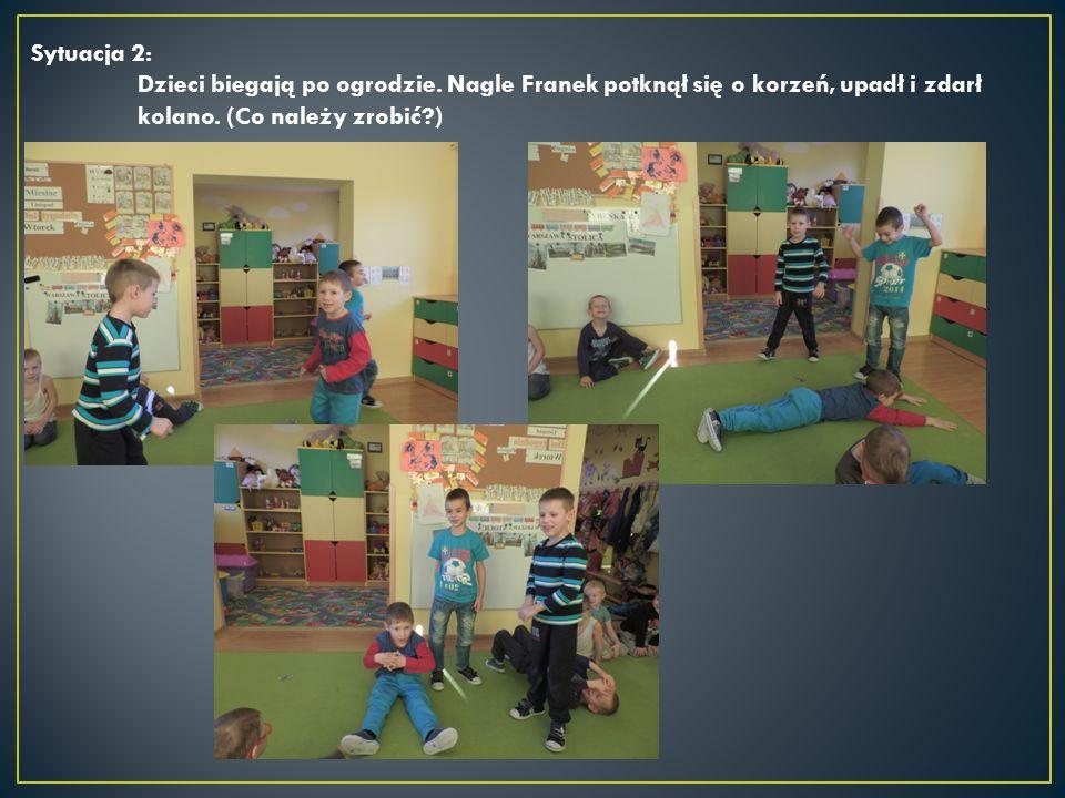 Sytuacja 2: Dzieci biegają po ogrodzie. Nagle Franek potknął się o korzeń, upadł i zdarł kolano.