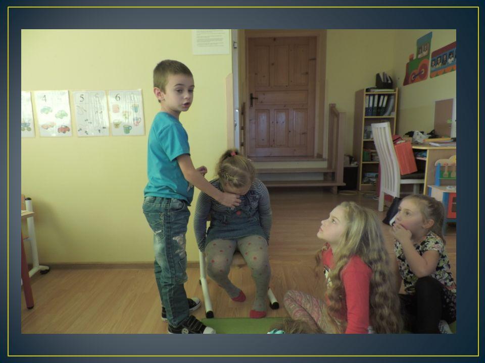 Sytuacja 2: Dzieci biegają po ogrodzie.Nagle Franek potknął się o korzeń, upadł i zdarł kolano.