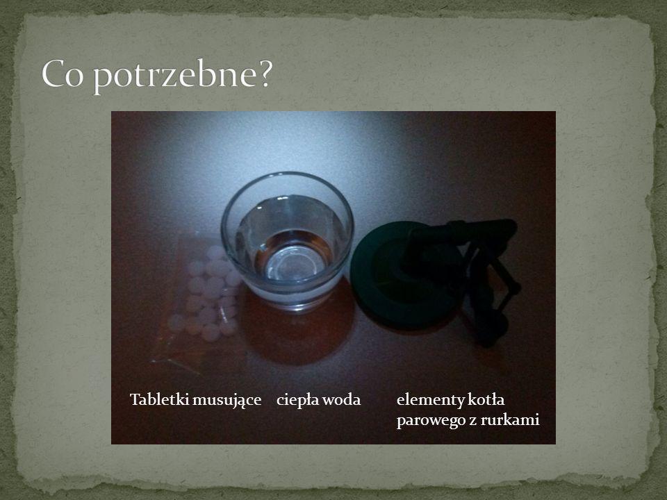 Tabletki musujące ciepła woda elementy kotła parowego z rurkami