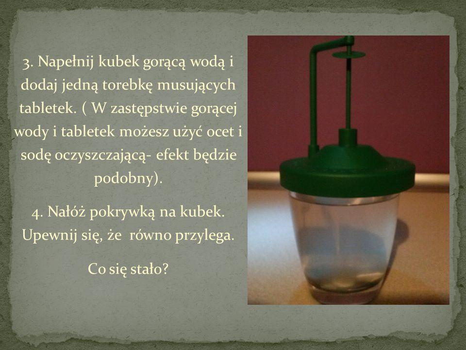 3. Napełnij kubek gorącą wodą i dodaj jedną torebkę musujących tabletek.