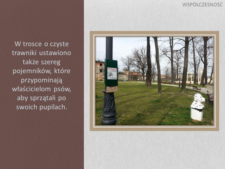 W trosce o czyste trawniki ustawiono także szereg pojemników, które przypominają właścicielom psów, aby sprzątali po swoich pupilach.