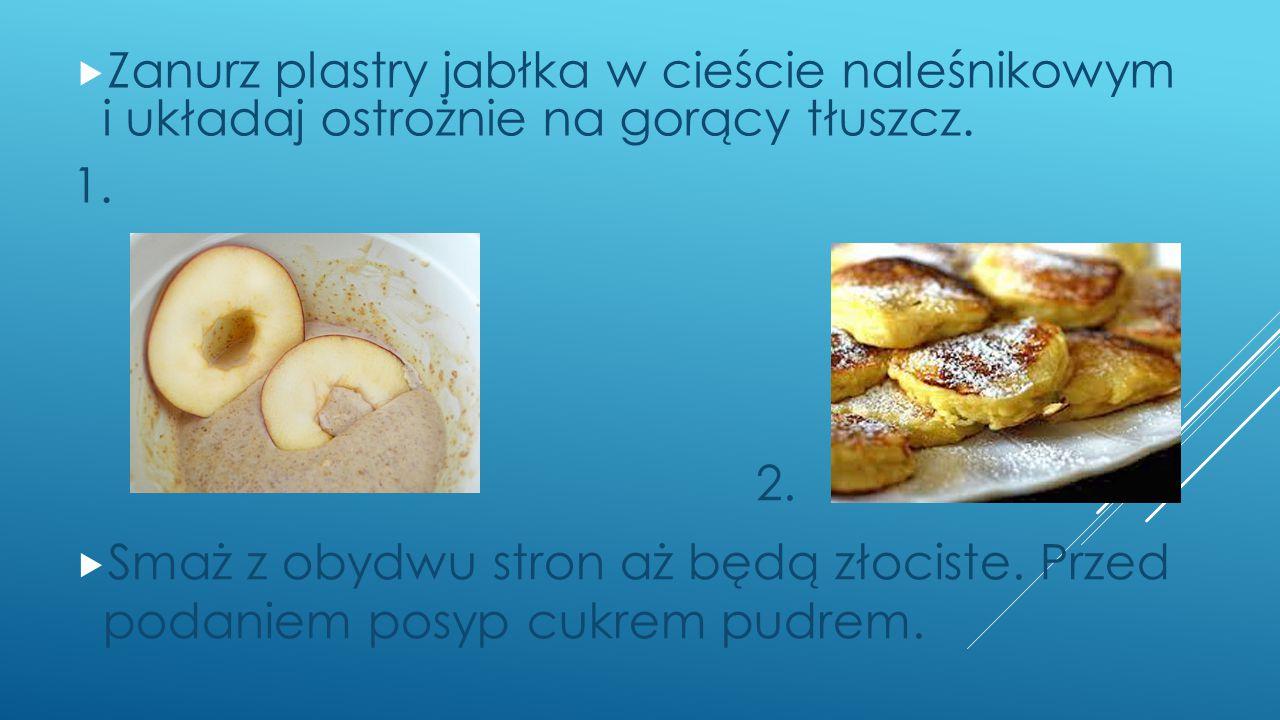  Zanurz plastry jabłka w cieście naleśnikowym i układaj ostrożnie na gorący tłuszcz.