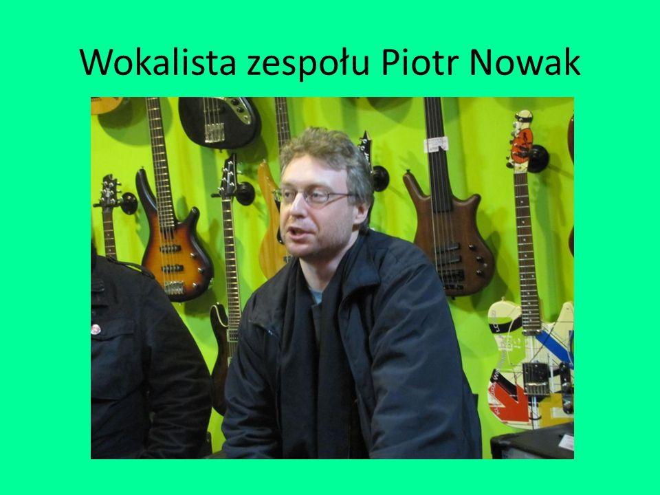 Wokalista zespołu Piotr Nowak