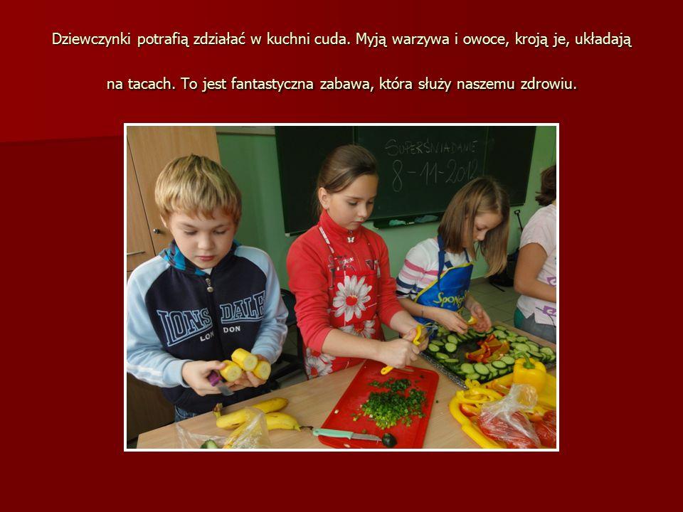 Dziewczynki potrafią zdziałać w kuchni cuda. Myją warzywa i owoce, kroją je, układają na tacach.