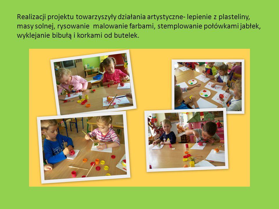 Realizacji projektu towarzyszyły działania artystyczne- lepienie z plasteliny, masy solnej, rysowanie malowanie farbami, stemplowanie połówkami jabłek, wyklejanie bibułą i korkami od butelek.