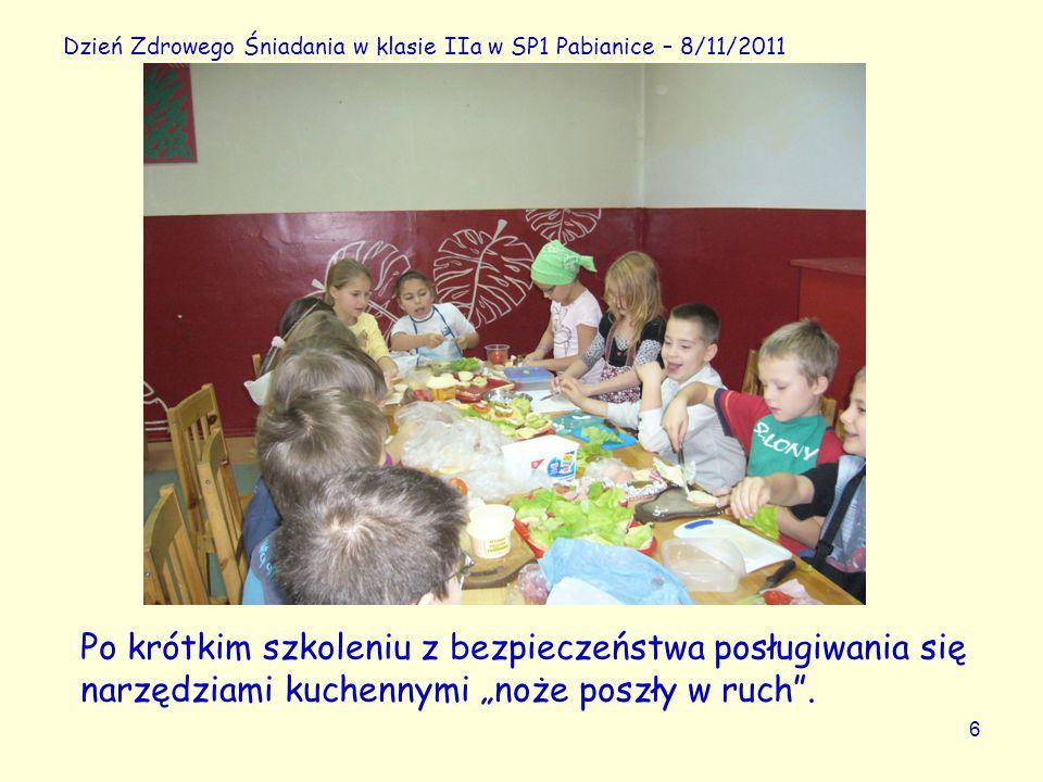 """6 Dzień Zdrowego Śniadania w klasie IIa w SP1 Pabianice – 8/11/2011 Po krótkim szkoleniu z bezpieczeństwa posługiwania się narzędziami kuchennymi """"noże poszły w ruch ."""