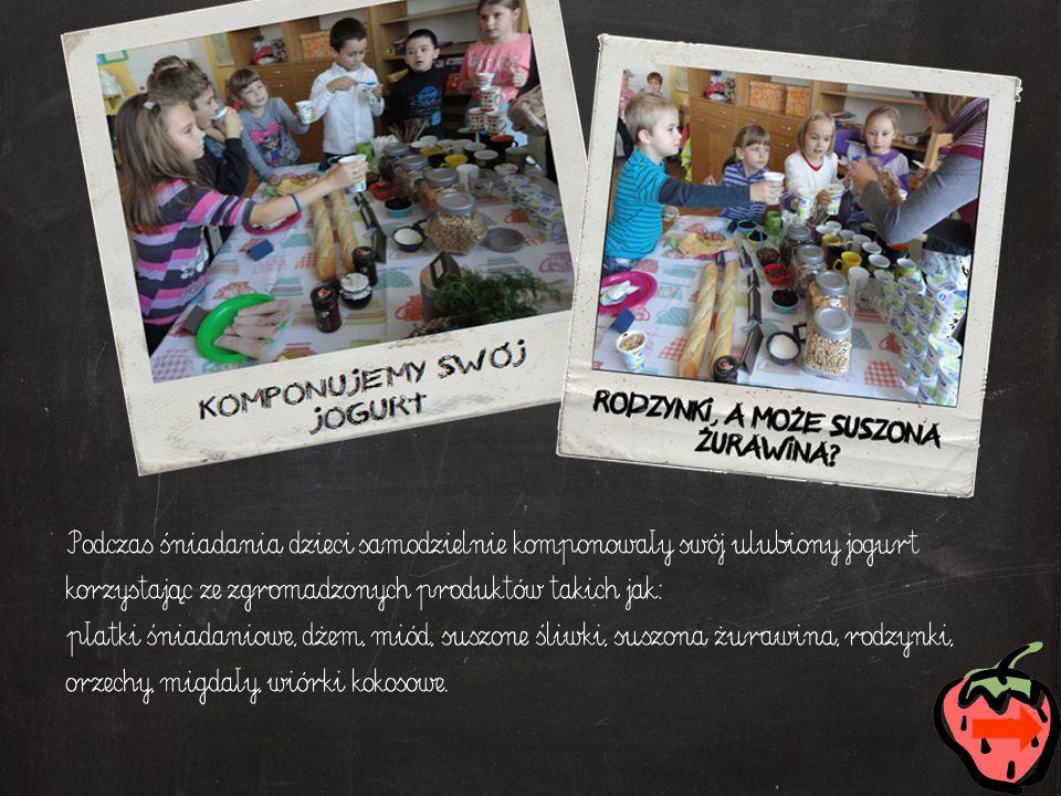 Podczas śniadania dzieci samodzielnie komponowały swój ulubiony jogurt korzystając ze zgromadzonych produktów takich jak: płatki śniadaniowe, dżem, miód, suszone śliwki, suszona żurawina, rodzynki, orzechy, migdały, wiórki kokosowe.