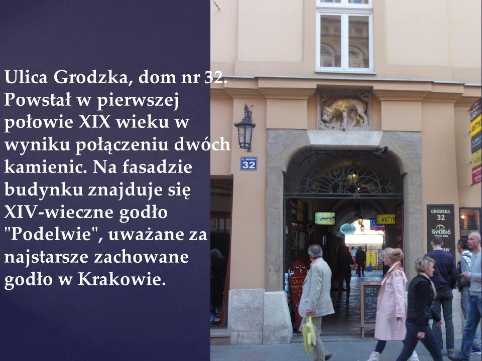 Ulica Grodzka, dom nr 32. Powstał w pierwszej połowie XIX wieku w wyniku połączeniu dwóch kamienic. Na fasadzie budynku znajduje się XIV-wieczne godło