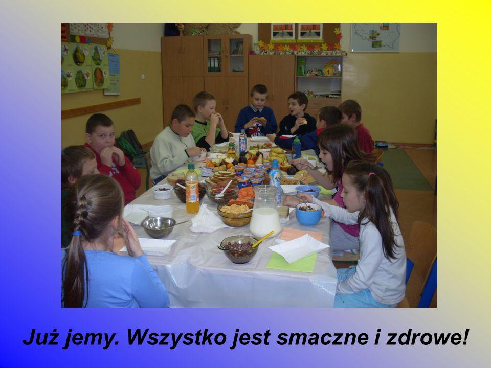 Jest bardzo miło przy wspólnym stole. Każdy uczeń wybiera to, co najbardziej lubi.
