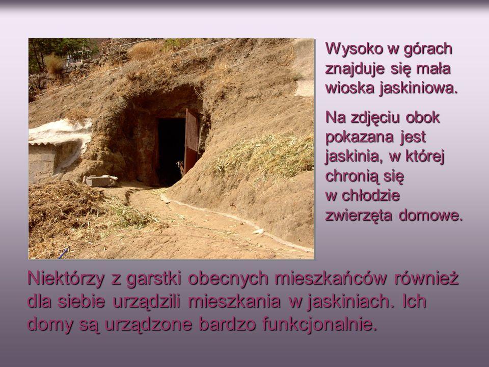 Wysoko w górach znajduje się mała wioska jaskiniowa. Na zdjęciu obok pokazana jest jaskinia, w której chronią się w chłodzie zwierzęta domowe. Niektór