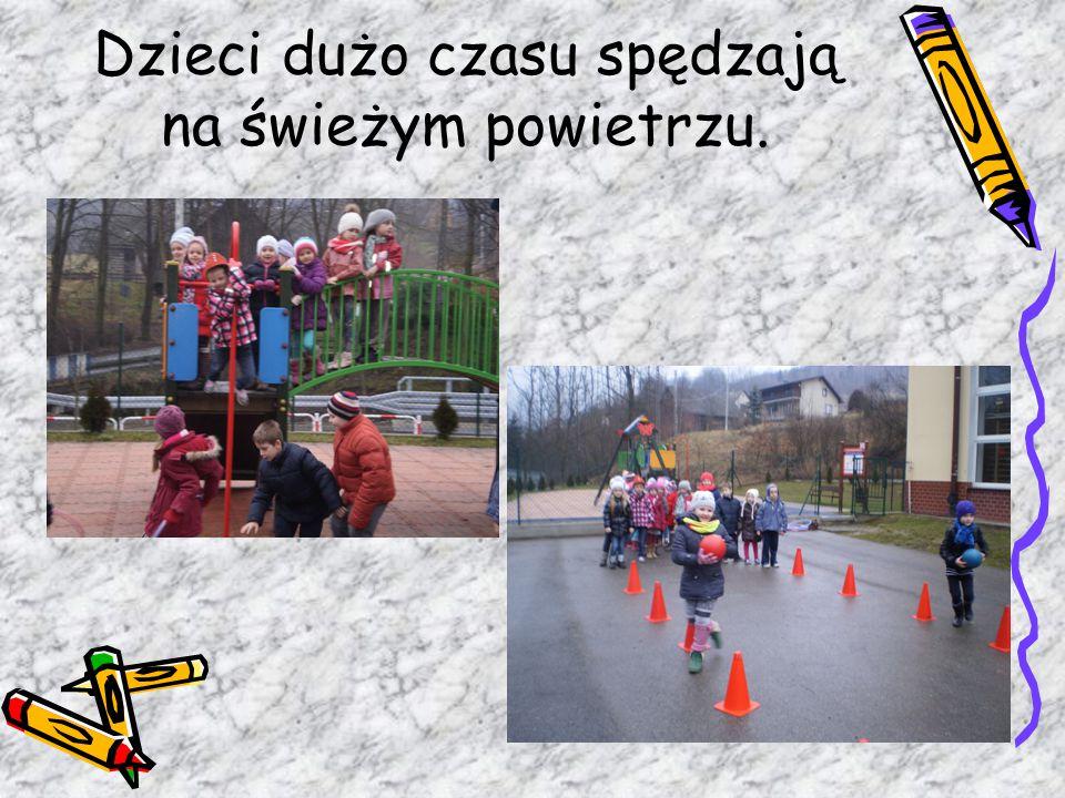 Dzieci dużo czasu spędzają na świeżym powietrzu.