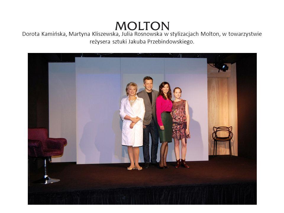 Dorota Kamińska, Martyna Kliszewska, Julia Rosnowska w stylizacjach Molton, w towarzystwie reżysera sztuki Jakuba Przebindowskiego.
