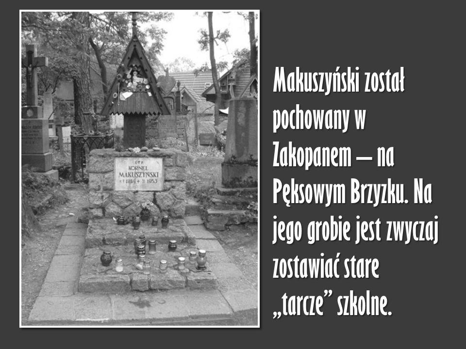 """Makuszyński został pochowany w Zakopanem – na Pęksowym Brzyzku. Na jego grobie jest zwyczaj zostawiać stare """"tarcze"""" szkolne."""