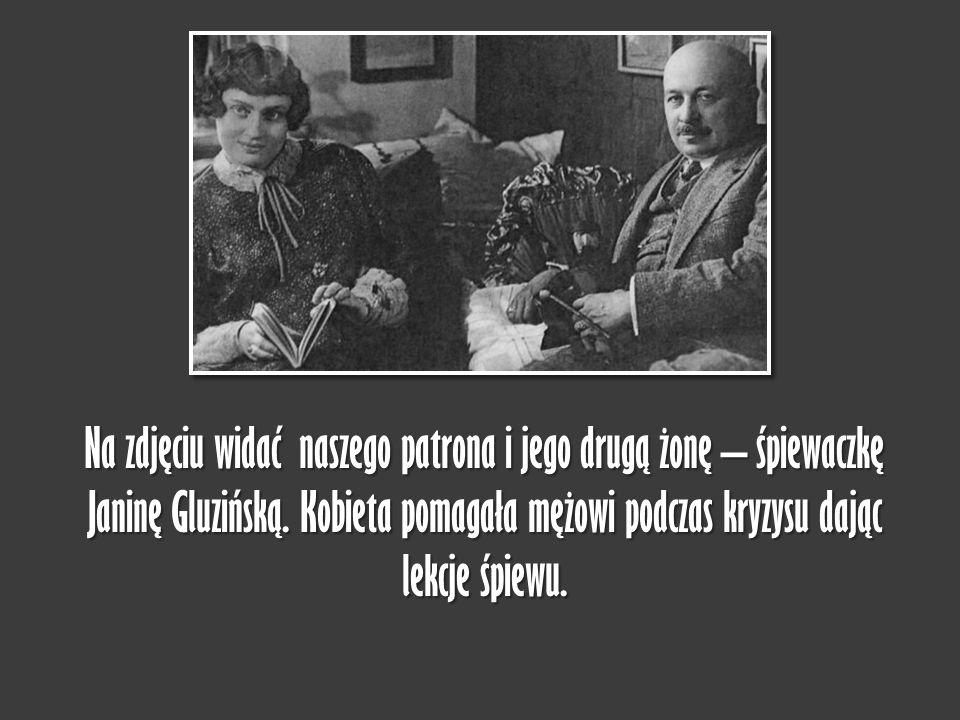 Na zdjęciu widać naszego patrona i jego drugą żonę – śpiewaczkę Janinę Gluzińską. Kobieta pomagała mężowi podczas kryzysu dając lekcje śpiewu.