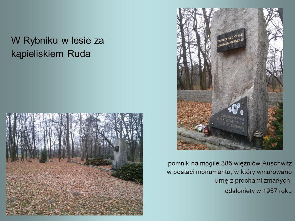 W Rybniku w lesie za kąpieliskiem Ruda pomnik na mogile 385 więźniów Auschwitz w postaci monumentu, w który wmurowano urnę z prochami zmarłych, odsłon