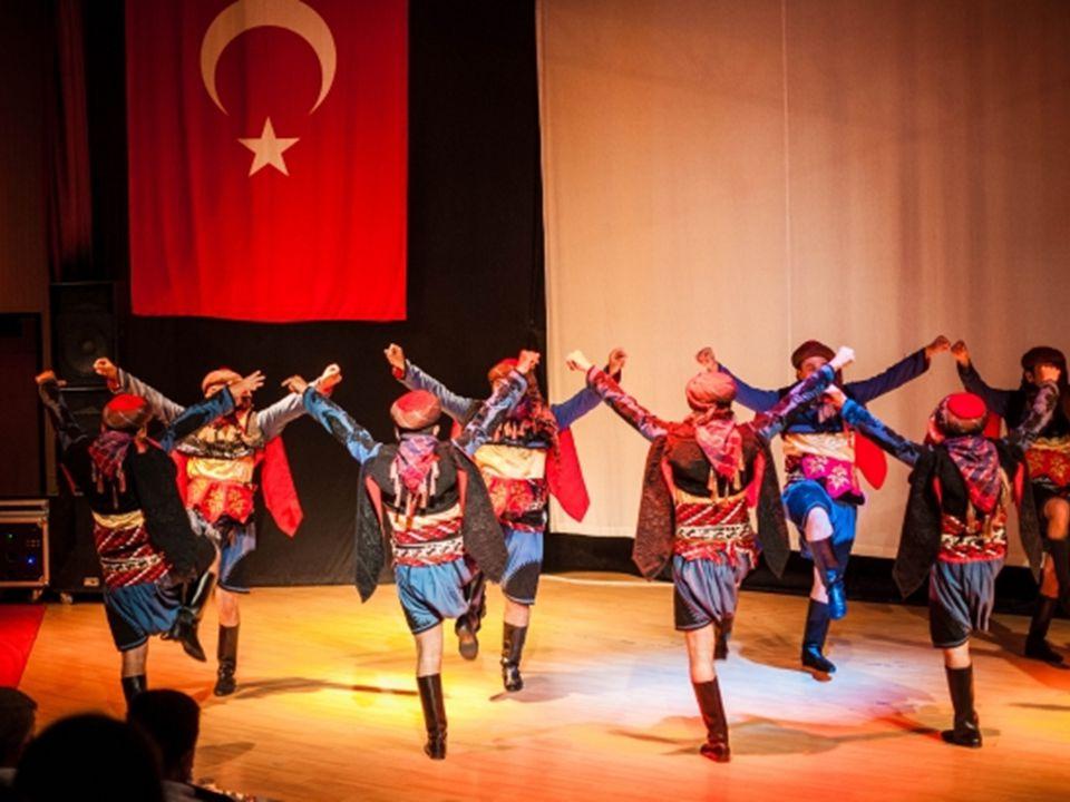 Kostiumy tancerzy są zazwyczaj barwne i odzwierciedlają szczęście, można spotkać również stonowane przy melancholijnych odmianach tańca