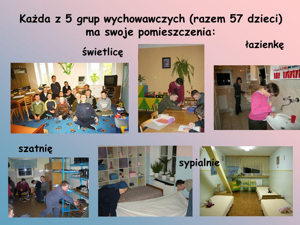 Każda z 5 grup wychowawczych (razem 57 dzieci) ma swoje pomieszczenia: świetlicę sypialnie łazienkę szatnię