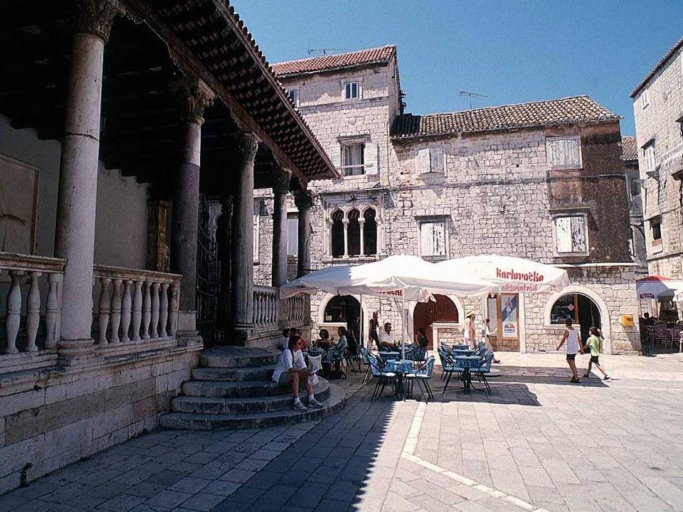 Pałac Stafileo (Palača Stafileo) Charakterystyczne są gotyckie okna weneckie bogato zdobione rzeźbionymi motywami roślinnymi.
