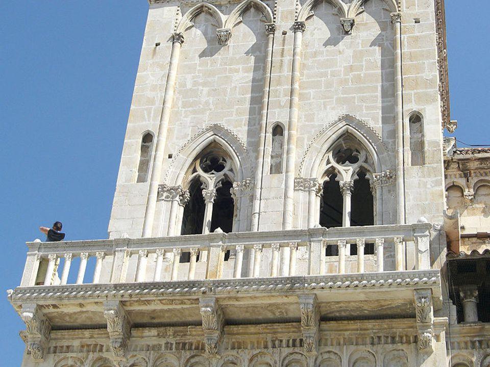 Katedra św. Wawrzyńca (Sv. Lovre) zbudowana na ruinach kościoła zniszczonego przez Saracenów w 1123 roku. Budowa rozpoczęta została w roku 1193. click