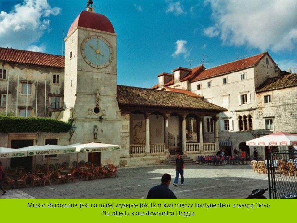 Trogir jest miastem portowym na wybrzeżu Morza Adriatyckiego, znajdującym się w środkowej Dalmacji, w okręgu Splicko – Dalmatyńskim w Chorwacji. Liczb