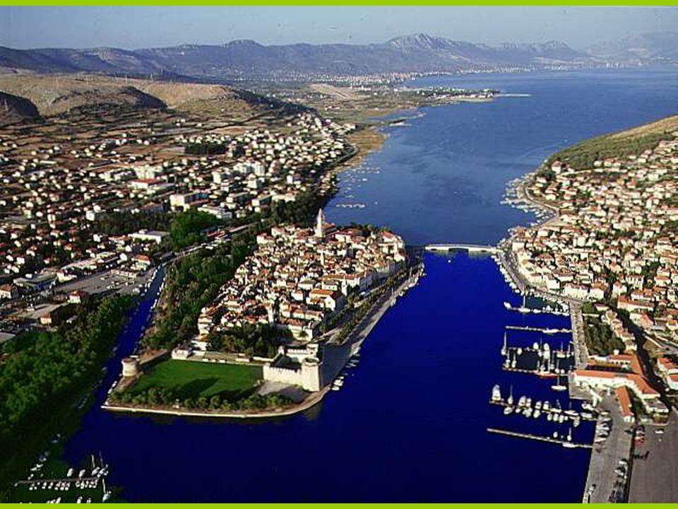 Miasto zbudowane jest na małej wysepce (ok.1km kw) między kontynentem a wyspą Ciovo Na zdjęciu stara dzwonnica i loggia