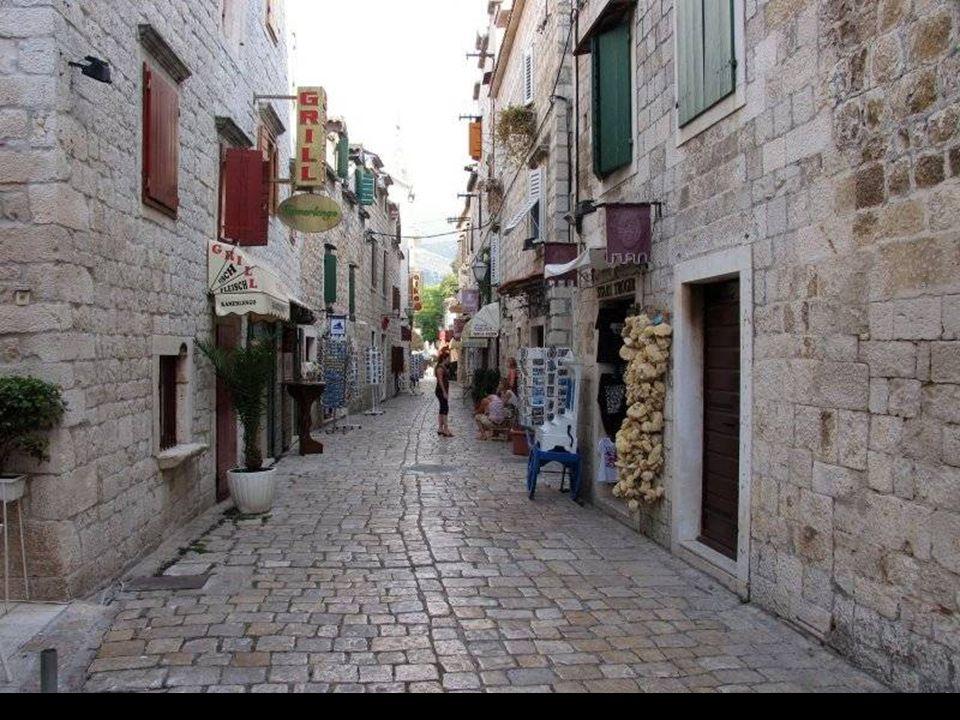 Trogir założony został w III w p.n.e przez greckich kolonistów z wyspy Issa (dzisiejszy Vis) pod nazwą Tragurion (Kozia Wieś). Od tego czasu Trogir st